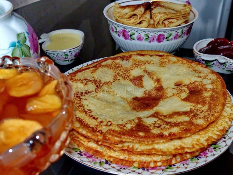 俄国俄式薄煎饼薄煎饼和苹果果酱,浓缩牛奶,蜂蜜 Maslenitsa的庆祝 Maslenitsa东部的 免版税库存照片