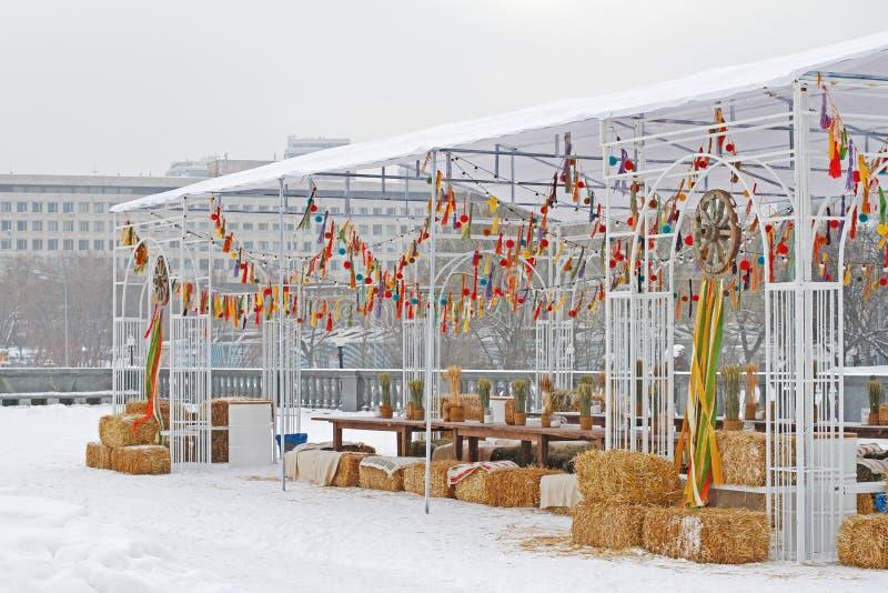 俄国全国节日的装饰的室外亭子'在公园Gorkogo忏悔了'在莫斯科 免版税库存图片