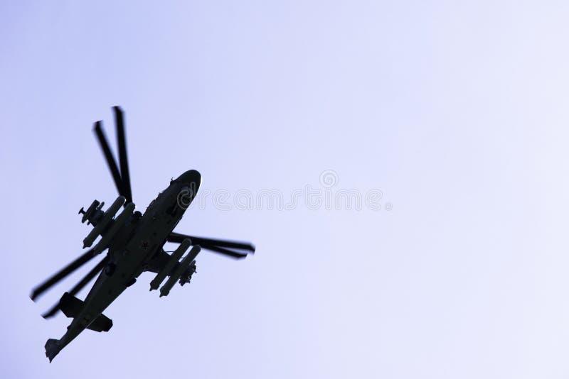 俄国军事作战攻击用直升机K-52鳄鱼飞行反对天空蔚蓝和云彩 库存照片