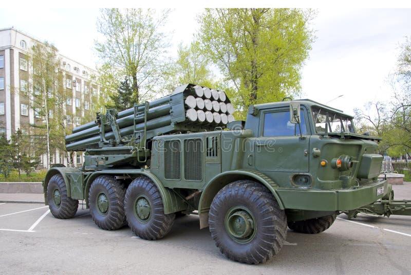 俄国军事设备特写镜头 在城市 平安的时间 齐射火`飓风`系统  库存图片