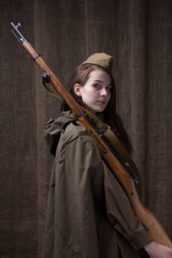 俄国军服的妇女有步枪的 在第二次世界大战期间的女兵 免版税库存图片