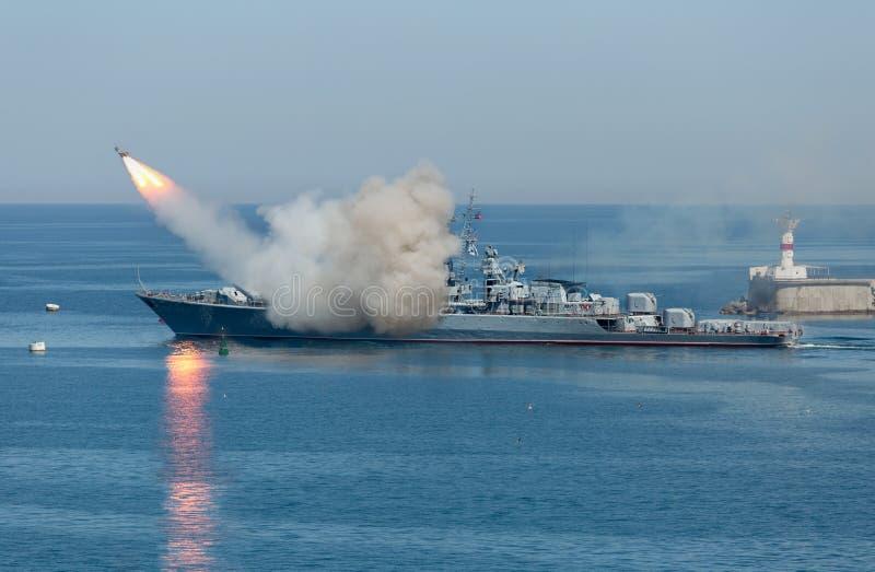 从俄国军用巡洋舰的火箭队发射 库存图片