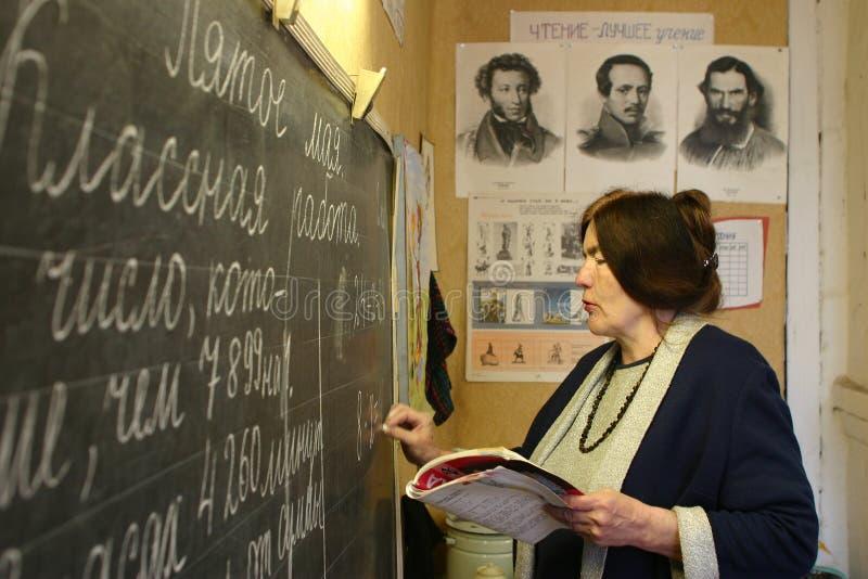 俄国农村学校教师在黑板写了在教室 库存图片