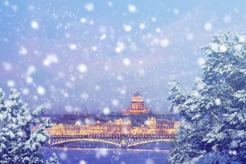 俄国冬天 圣诞节背景:圣彼得堡冬天晚上 库存图片