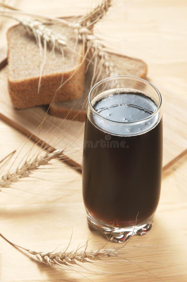 俄国啤酒和黑麦面包 免版税库存照片