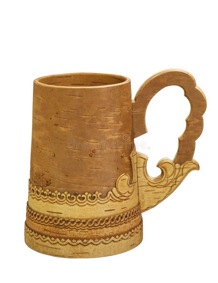 俄国啤酒的白桦树皮杯子和在被隔绝的白色背景的其他饮料, 免版税库存图片
