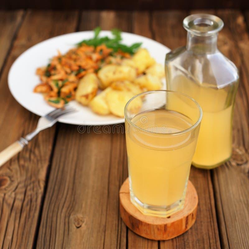 俄国啤酒-黑麦面包冷的俄国饮料-在玻璃和瓶 库存照片