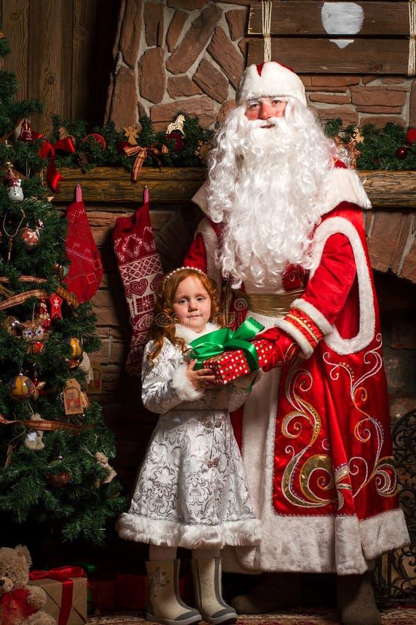 俄国圣诞节字符Ded莫罗兹和Snegurochka 库存图片