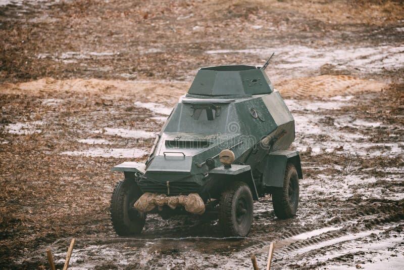 俄国在秋天计数的苏维埃红军装甲的苏联侦察车 免版税库存照片