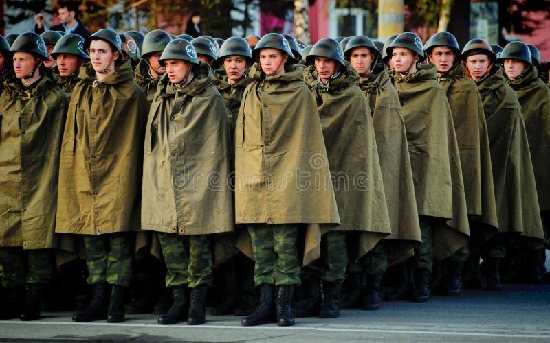 俄国士兵是在盔甲和雨衣帐篷 免版税库存图片