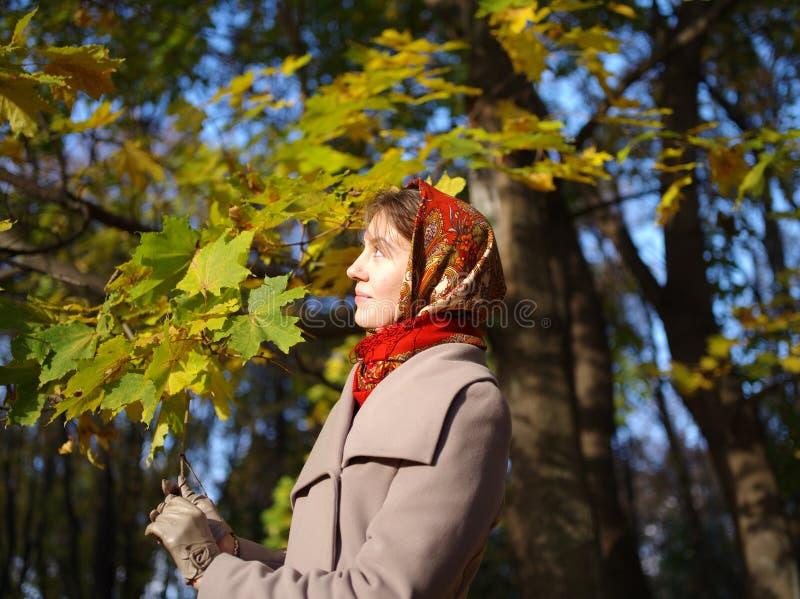 俄国女孩一晴朗的秋天天 免版税图库摄影