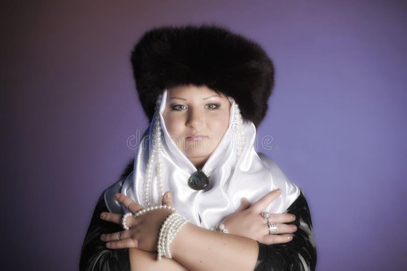 俄国妇女裘皮帽,白色围巾的和有珍珠的 免版税图库摄影