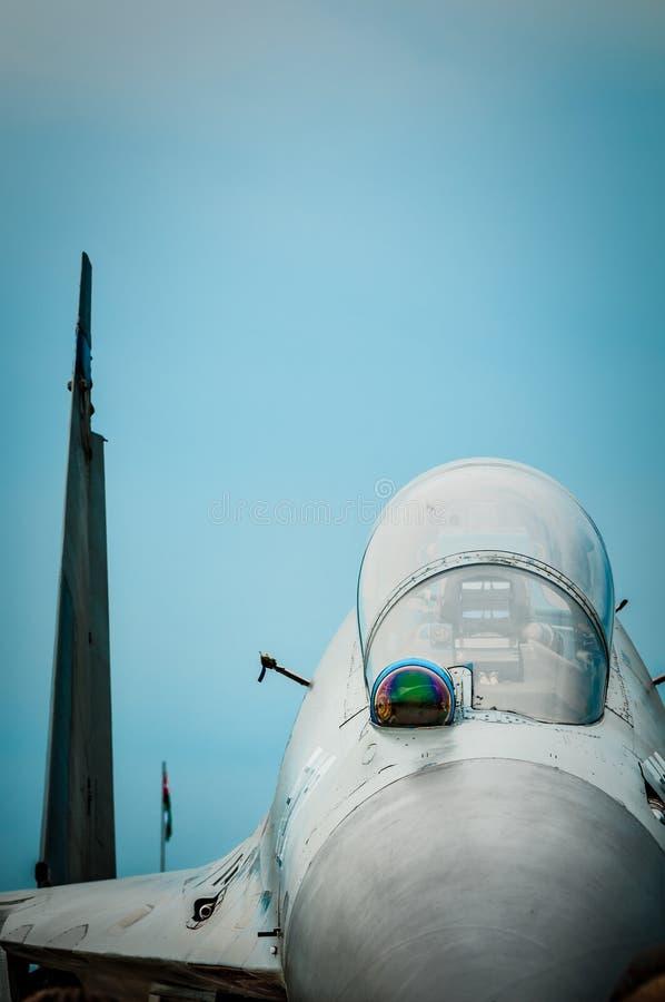 俄国战斗机有阴沉的天空背景。 库存图片