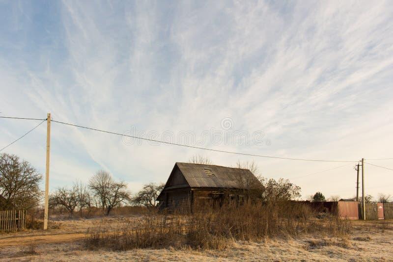 俄国木结构 乡间别墅在冬天 库存照片