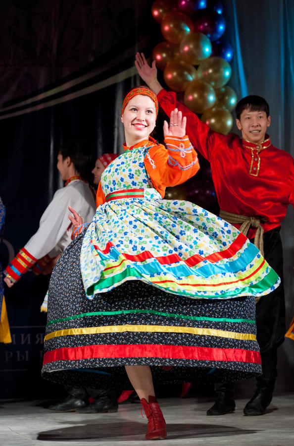 俄国民间妇女舞蹈家 图库摄影