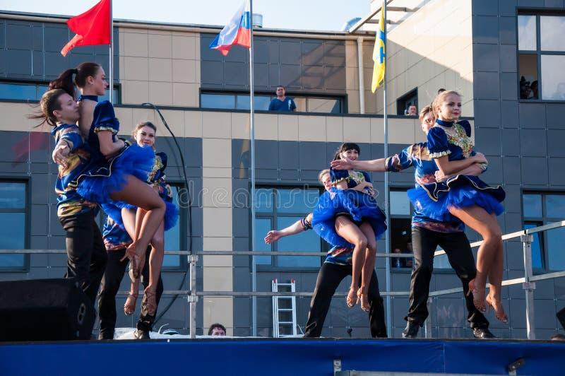 俄国民间舞在露天进行 免版税库存照片