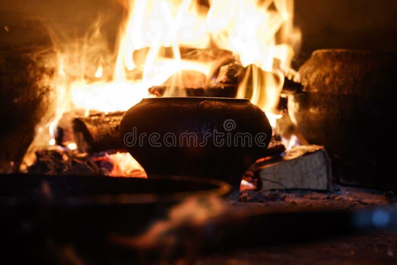 俄国火炉 有铸铁罐和一个煎锅用鸡蛋和肉 在开火 那里定调子 库存照片