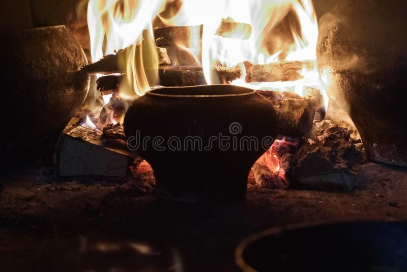 俄国火炉 有铸铁罐和一个煎锅用鸡蛋和肉 在开火 那里定调子 免版税库存图片