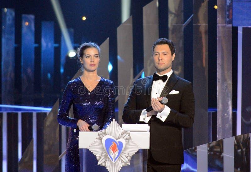 俄国电视比赛`小姐宇宙2008年`的赠送者、决赛选手薇拉・克拉索娃和歌手仪式优胜者的Evgeny Kungurov 免版税库存图片