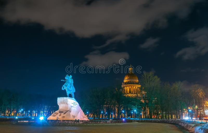 俄国皇帝彼得大帝和圣以撒大教堂的纪念碑风景nightscape在圣彼得堡,俄罗斯 免版税库存图片