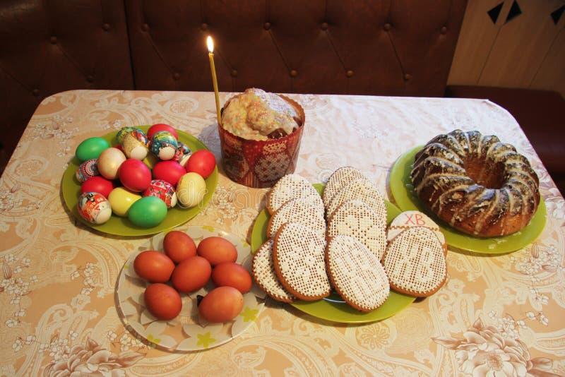 俄国站立在桌上的复活节蛋糕、鸡蛋和曲奇饼 库存照片