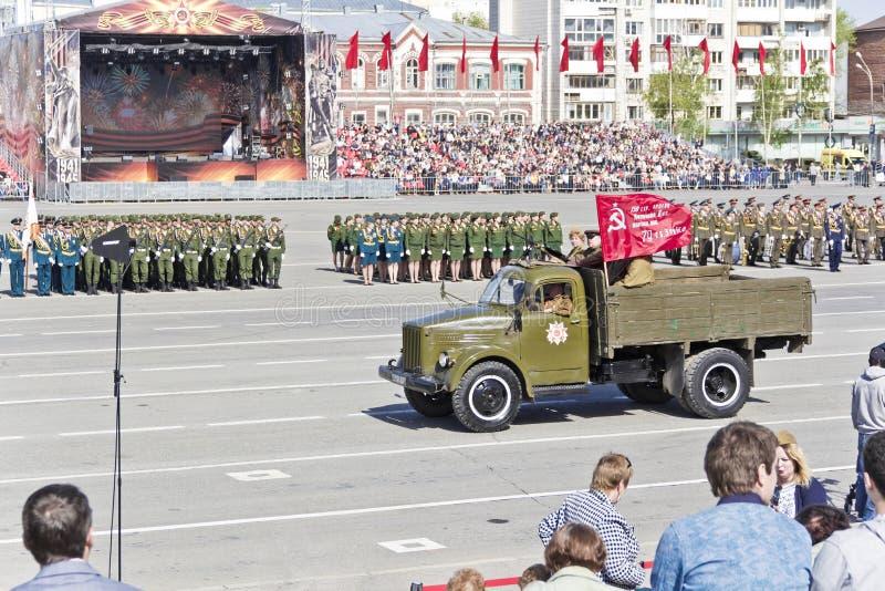 俄国老军事运输在每年胜利D的游行 免版税库存照片
