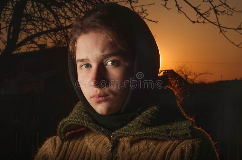 俄国逗人喜爱的一件温暖的披肩的女孩农民妇女 免版税库存图片