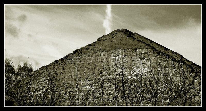 俄国金字塔在埃及在老镇Elabuga房子的屋顶 库存照片