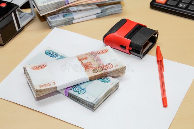 俄国金钱,干净的纸片,笔,在书桌上的印刷品 库存照片