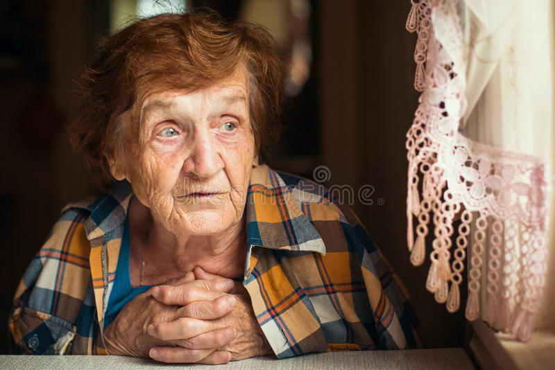 俄国年长妇女, 70-80年,画象 免版税库存照片