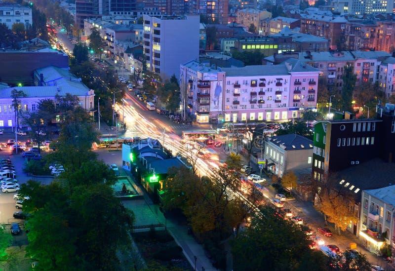 俄国 顿河畔罗斯托夫 红军街道 晚上都市风景 库存照片