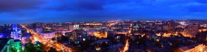 俄国 顿河畔罗斯托夫 红军街道 晚上都市风景 免版税库存图片