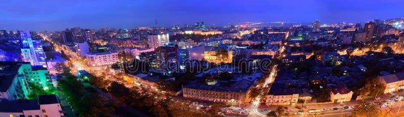 俄国 顿河畔罗斯托夫 红军街道 晚上都市风景 库存图片