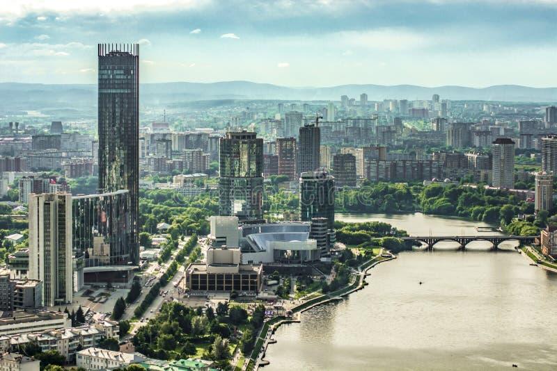 俄国 Ekaterinburg 看法城市江边 库存照片
