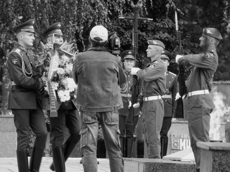 俄国 Noginsk 2017年9月2日放花圈在永恒火焰的纪念碑 库存照片