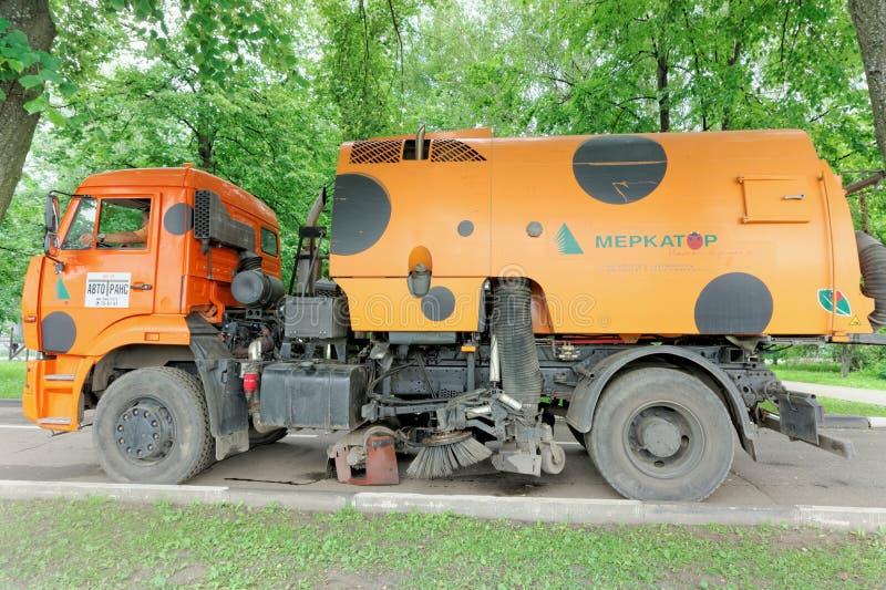俄国yaroslavl - 6月3日 2016年 Kamaz是清洗的疆土一辆汽车 汽车是与刷子的吸尘器清扫的 库存图片