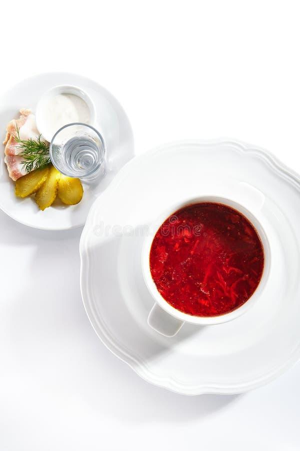 俄式柏施或柏施,配猪油、酸奶油、泡菜和伏特加 免版税库存照片