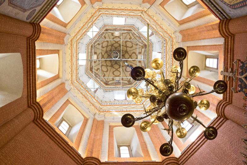 俄罗斯、莫斯科、圣蓬蒿` s大教堂天花板和枝形吊灯  免版税图库摄影