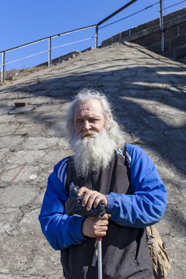 俄罗斯、莫斯科、2018年4月14日,祖父用棍子和一个长的灰色胡子,社论 库存照片