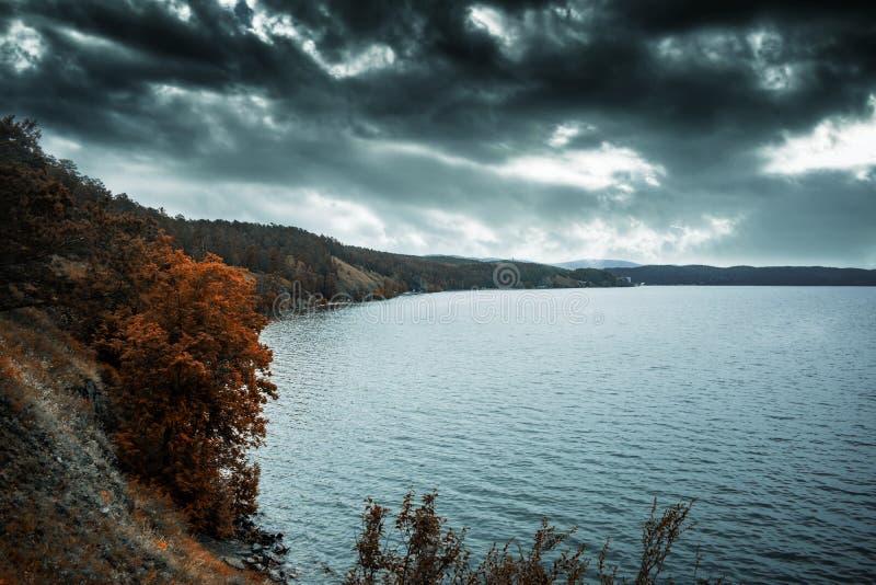 俄罗斯乌拉尔湖的美丽景色。乌拉尔山初秋的吐尔维亚克湖 在俄国的某处 图库摄影
