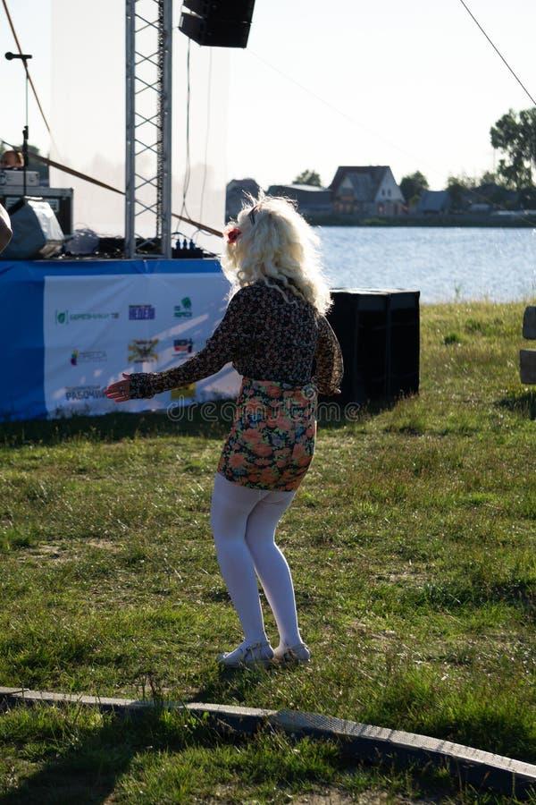 俄罗斯别列兹尼基2018年7月21日:他们叫它的人们通过参加庆祝了岗位的末端赛艇在河 库存照片