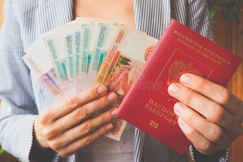 俄罗斯卢布在女商人的手上 免版税库存照片