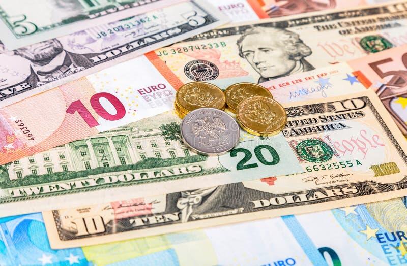 俄罗斯卢布铸造说谎在不同的货币钞票 免版税库存照片