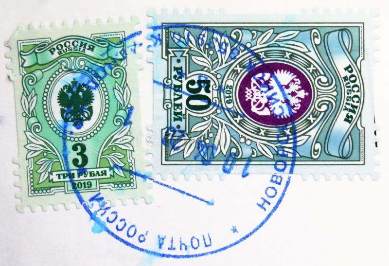 俄罗斯印有新罗西斯克邮票的邮票显示国家邮政管理局国徽,第7期 库存照片