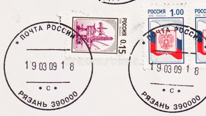 俄罗斯印有梁赞镇邮政局邮票的邮票显示油海平台,第3期俄文 库存图片