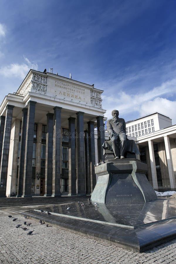 俄罗斯国家图书馆(列宁库名)和俄国作家Dostoievsky的纪念碑,在莫斯科 免版税库存照片
