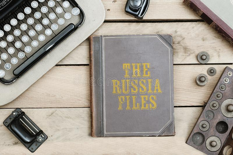 俄罗斯归档在旧书盖子的虚构的名字在办公桌机智 免版税库存照片