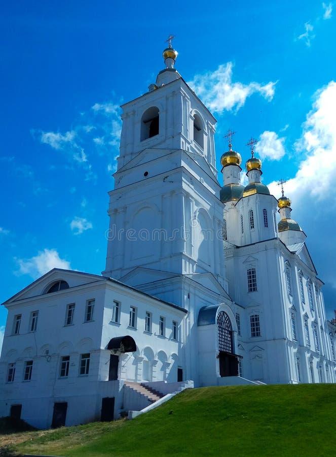 俄罗斯正教会在一个清楚的夏日,金黄圆顶发光在阳光下 免版税库存图片