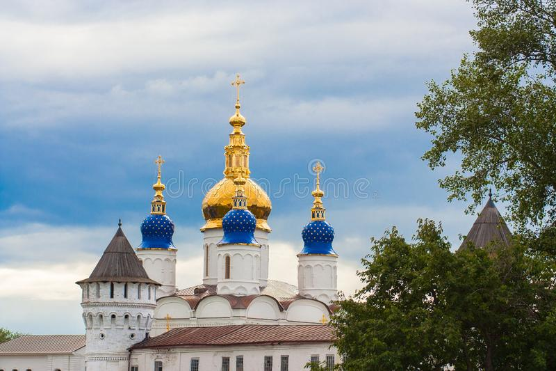 俄罗斯正教会的石Tobolsk克里姆林宫大教堂, Gostiny Dvor塔 库存照片
