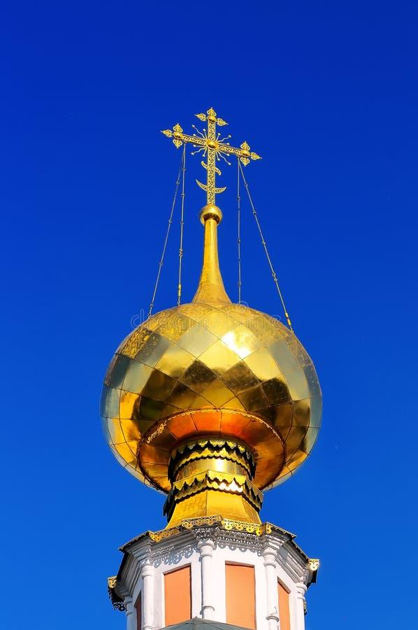 俄罗斯正教会被镀金的圆顶和十字架  免版税库存图片